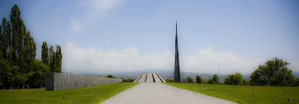 Yerevan: Tsitsernakaberd. La Collina delle Rondini, mausoleo e museo del Genocidio Armeno che sovrasta la capitale della repubblica caucasica.