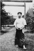 Morihiro Saito (1928-2002) - dal 1946 [Iwama Dojo Cho dopo la scomparsa di O Sensei e custode dell'Aiki Jinjia. Padre dell'Iwama Ryu] [Nella foto: dinnanzi all'Aiki Jinjia nel 1948]