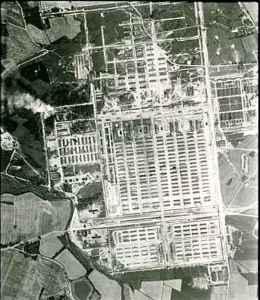 Auschwitz, 1944. Foto dalla ricognizione aerea della Royal Air Force.