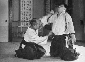 Morihei Ueshiba pratica nel Noma Dojo prima della seconda guerra mondiale.