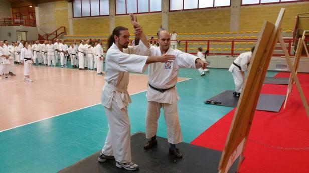 Tristao da Cunha Shihan insegna i rudimenti dello shurikenjutsu.