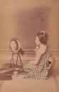 """Yamamoto, """"Giovane donna al trucco"""", ca. 1870. Stampa all'albumina colorata a mano, mm 90x136."""