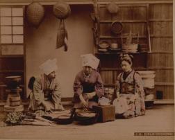 """Adolfo Farsari, """"Ragazze in cucina"""", ca. 1877. Stampa all'albumina colorata a mano, mm 254x210."""
