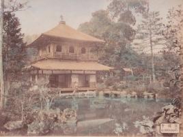 """Yokoyama Matsusaburo, """"Ginkakugi"""", ca. 1870. Stampa all'albumina colorata a mano, mm 268x202."""