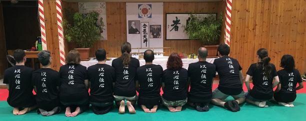 """La maglietta """"I Shin den Shin"""" realizzata per l'occasione da YKIAT."""