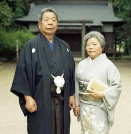 Morihiro e Sata Saito dinnanzi all'Aiki Jinjia