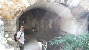 12/08/2017 - Dettaglio delle rovine dei locali interni del Blocco B. La suoletta in cemento ben visibile in basso a sinistra è parte del bunker della Guardia alla Frontiera ricavato nella parte bassa del Blocco B, lato Tarvisio, sopra la Statale 13.