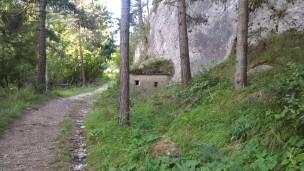 12/08/2017 - Piccolo bunker esterno lungo la via d'accesso per la difesa ravvicinata dei più ampi bunker dell'Esercito Italiano.