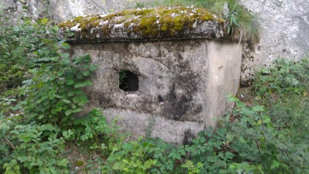 12/08/2017 - Dettaglio del piccolo bunker esterno lungo la via d'accesso per la difesa ravvicinata dei più ampi bunker dell'Esercito Italiano.