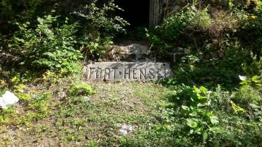 """12/08/2017 - La vecchia targa in pietra con la dicitura """"Fort Hensel"""""""