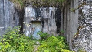 12/08/2017 - l'ex locale macchine [Mh] trasformato in vano d'accesso ai bunker dell'Esercito Italiano. La porta blindata è chiusa.