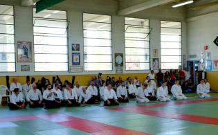 Modena, 21 aprile. Candidati all'esame ed uke durante una breve pausa.