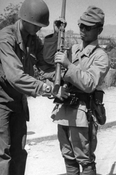 Japanese-Army-soldier-surrenders-to-a-US-GI-Korea-September-1945.-arisaka